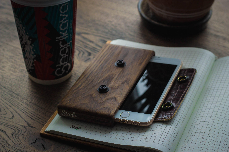Ein Handytasche aus Holz wäre das perfekte Valentinstag Geschenk für Mann
