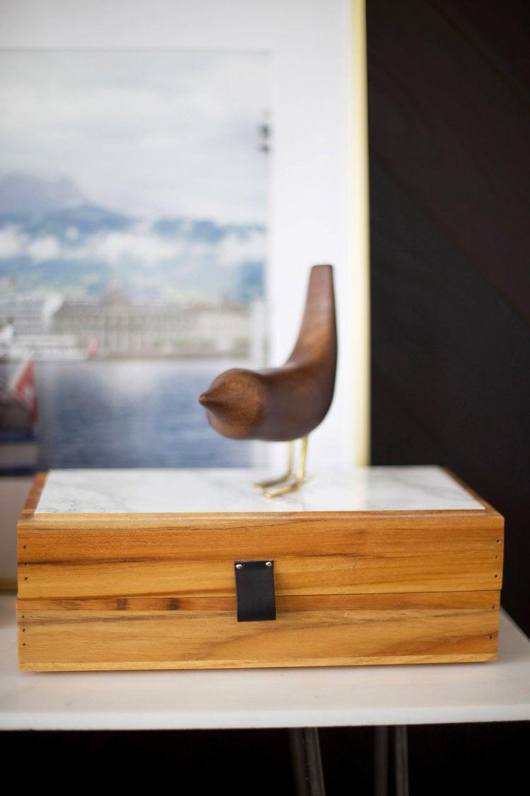 Die Holz-Accessoires peppen die Atmosphäre besonders gemütlicher auf. Lesen Sie meht tolle DIY Wohnideen