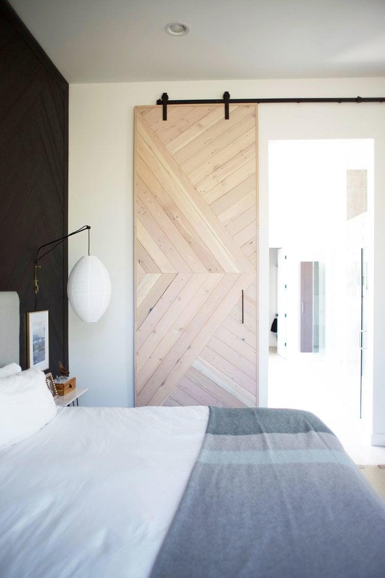 Wohnideen zum Selbermachen mit Holzplatten - Schiebetür im Landhausstil für Schafzimmer