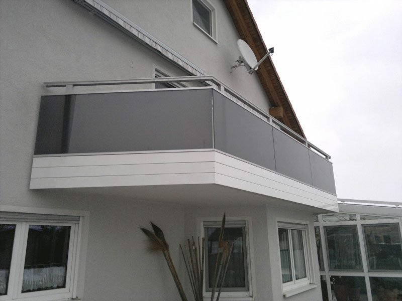 Balkonverkleidung aus farbigem Glas