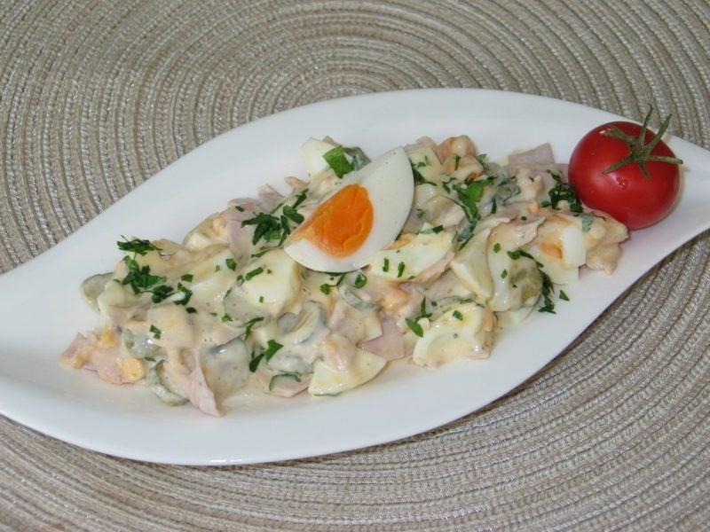 Eiersalat lecker mit Schinken und Mayonaisse
