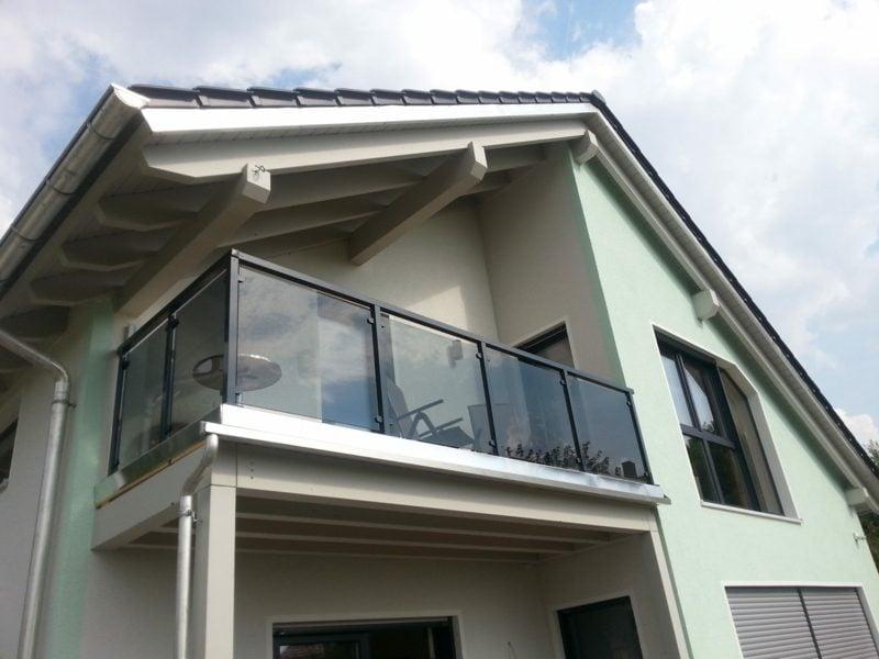 Balkonverkleidung aus Glas und Aluminium