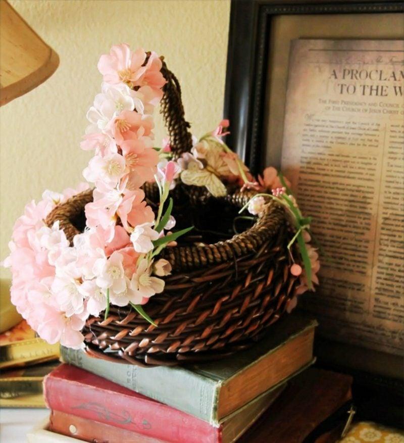 Osterndekoration Korb verzieren Blumen