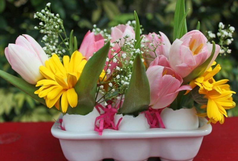 Osterdekoration Blumengestecke