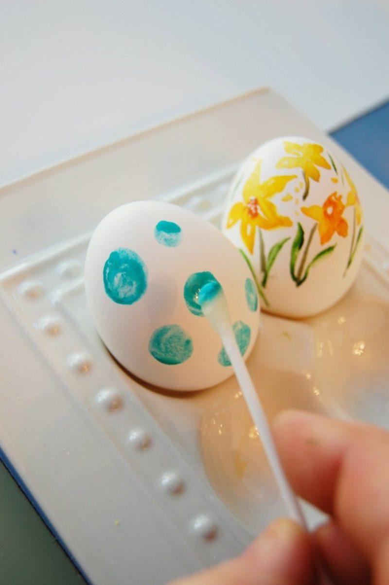 Ostereier bemalen mit Kindern Wasserfarben Punktenmuster