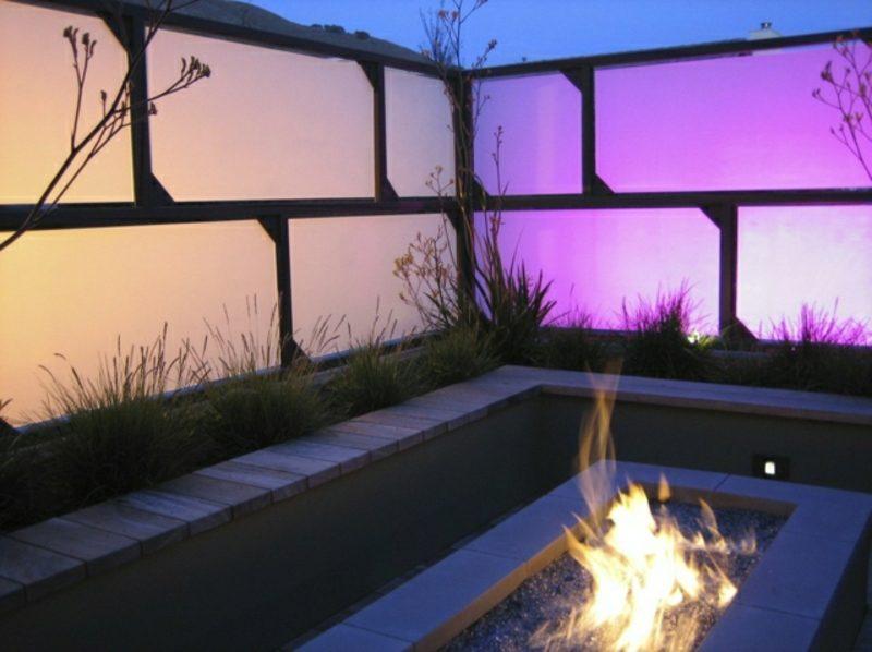 Sichtschutz Garten Glaspaneelen LED Beleuchtung indirekt