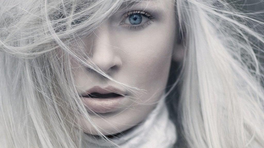 Helle blaue Augen passen perfekt zu weißblonden Haaren