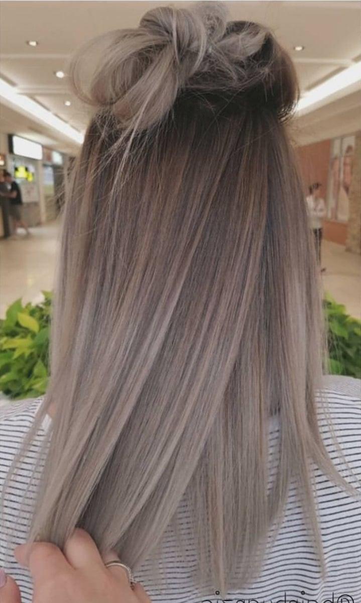Die Silber Haarfarbe sieht edel und umwerfend aus