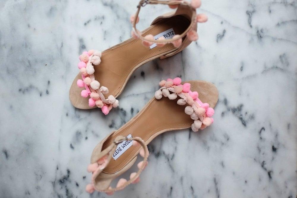 Das Ergebnis von DIY: Ihre schöne und lustige Sandallee mit Regenbogen-Pompons sind fertig anzuziehen.