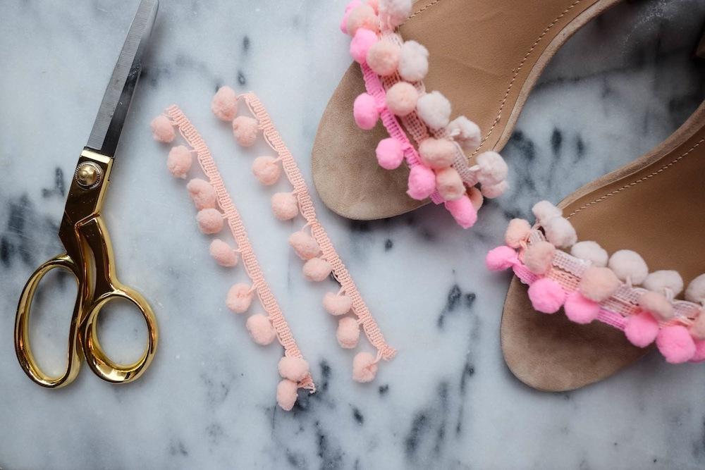 Wie peppen Sie Ihre alten Damenschuhe mit Pompons auf?