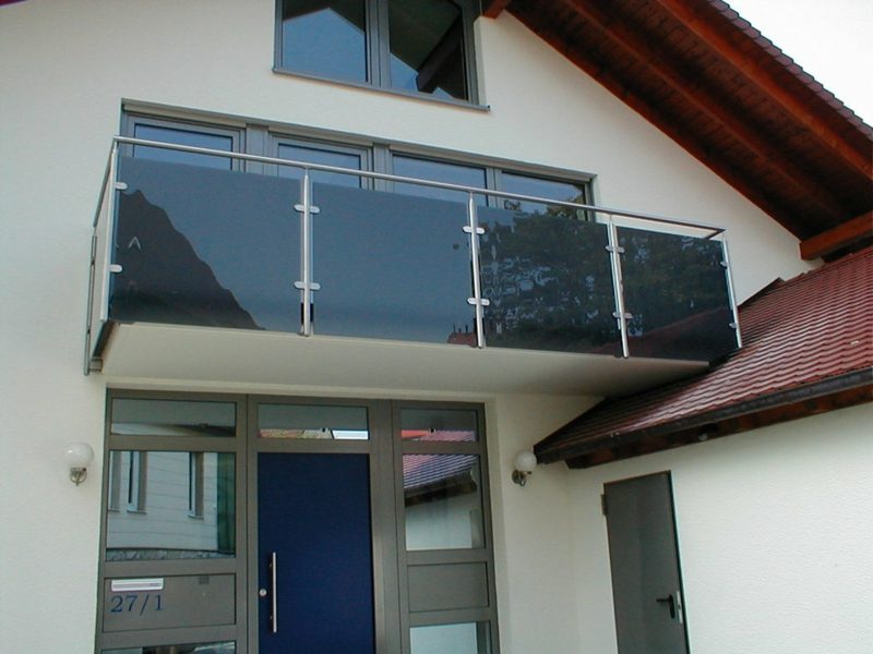 Balkonverkleidung Glas farbig Sichtschutz