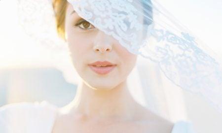Die weibliche Hochsteckfrisur ist ein beliebtes Hairstyle, das sich vom Laufsteg und vom rotten Teppich nicht mehr wegdenken lässt.