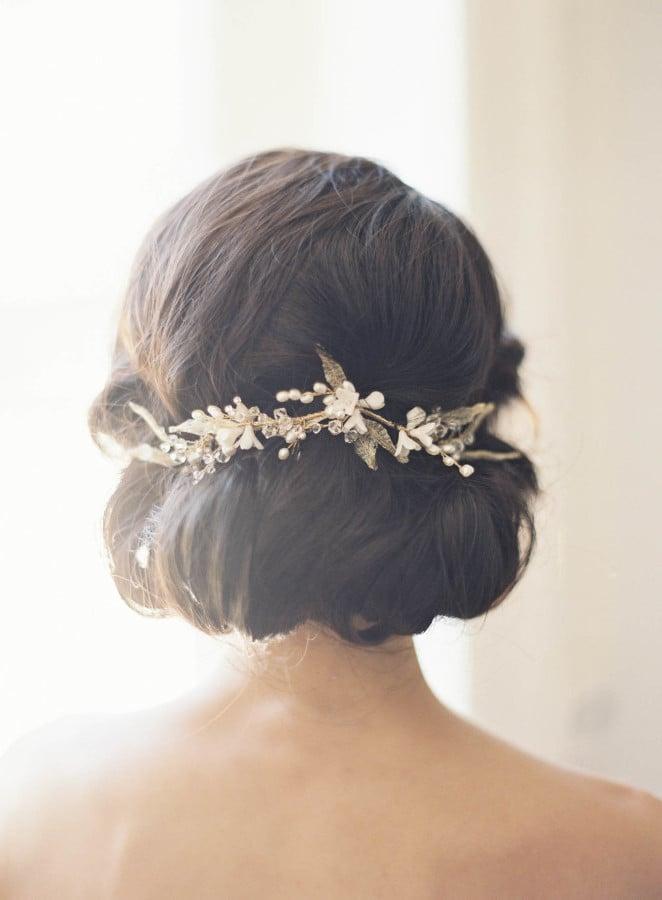 Um die Frisur einen romantischen Touch zu verleihen, stecken Sie eine außergewöhnliche goldene Haarspange