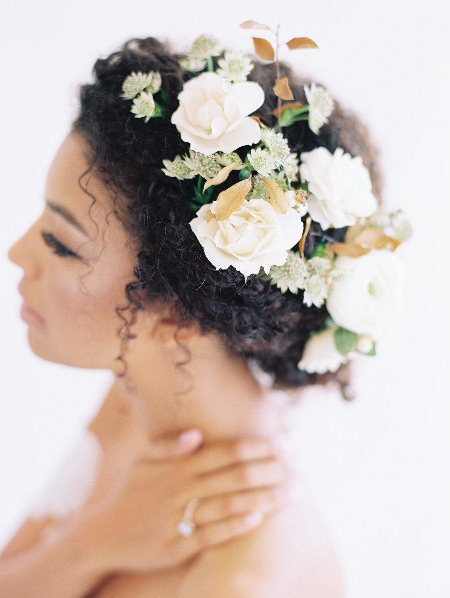Der angesagte Bohemien fordert einer Frisur mit frischen Blumen