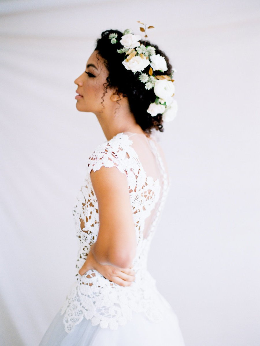 Der beste Haarschmuck für eine Bohemien Hochzeit - frische Blumen