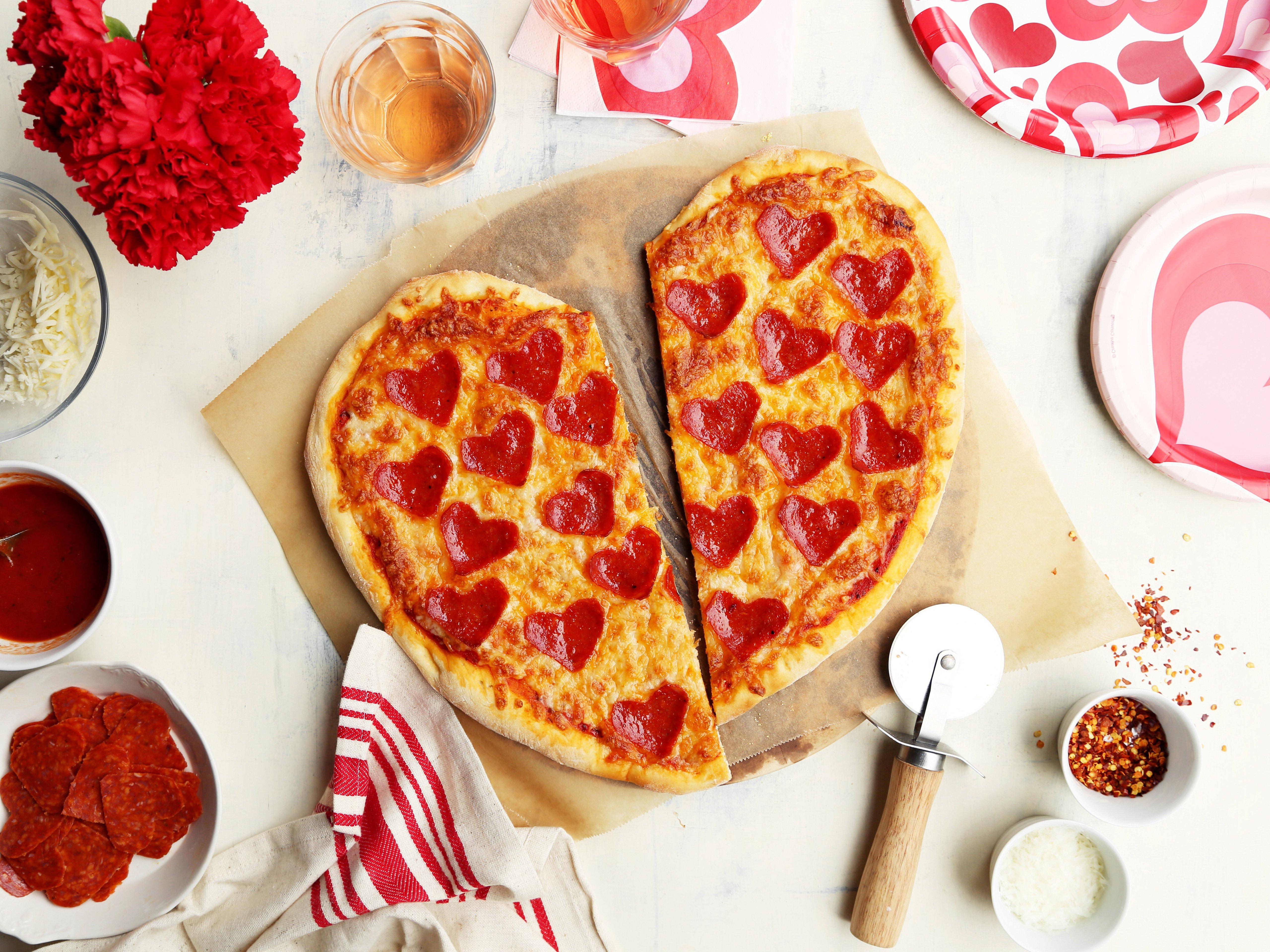 Heute zeigen wir Ihnen unsere leckeren Ideen mit Herz -Form für Pizza, an denen sonst die kleinsten Familien-Mitgliedern teilnehmen können!