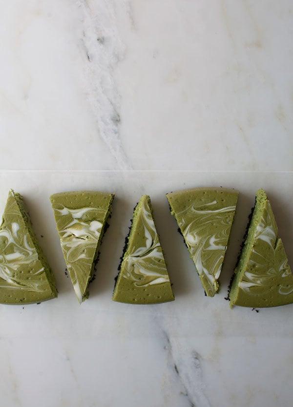 Mmm, yummy! Probieren Sie unseren Low Carb Käsekuchen mit Matcha-Pulver