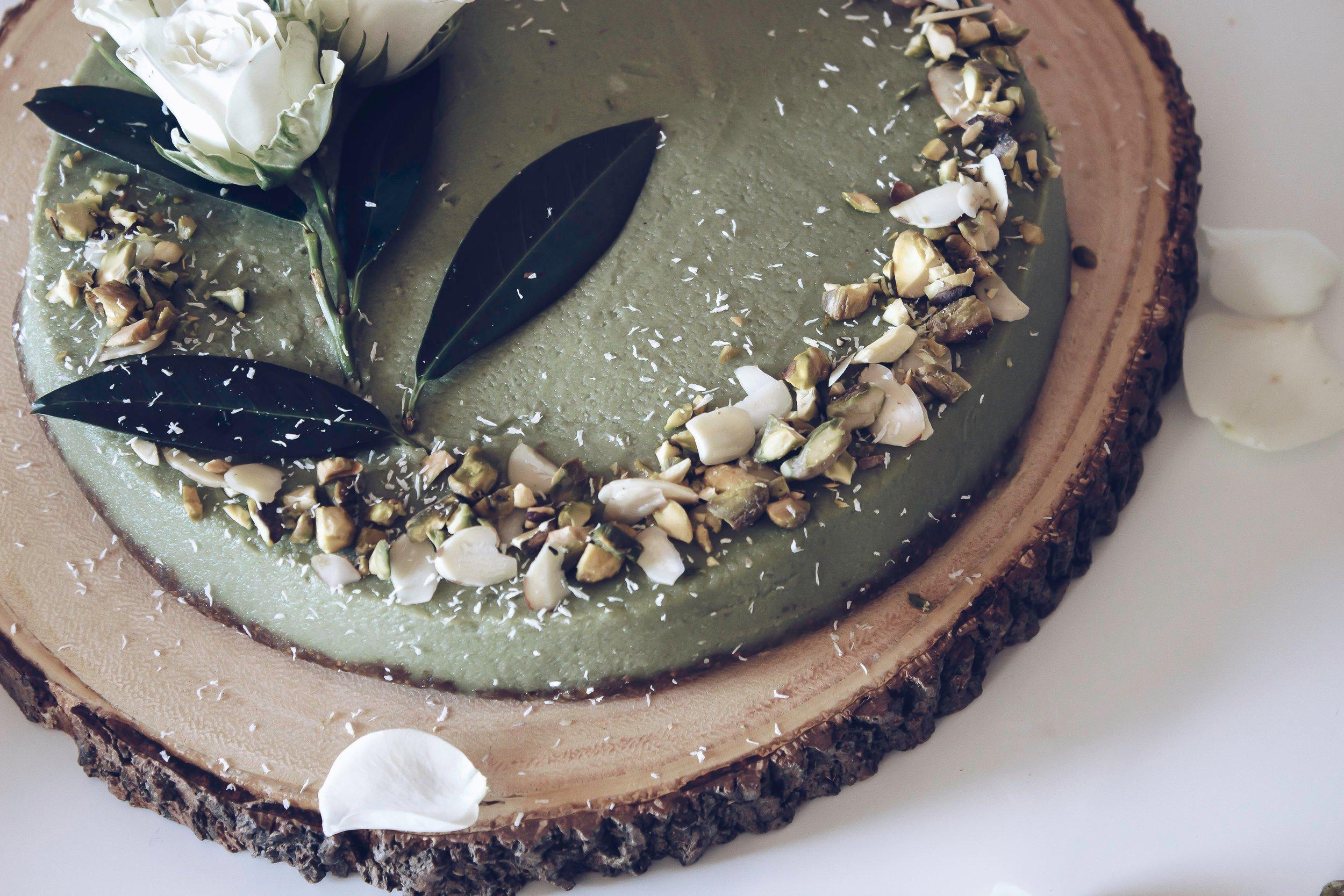 Matcha ist ein echter Allrounder in der Küche und mit diesem grünen magischen Pulver lässt sich geschmackvolle Low Carb Käsekuchen zubereiten