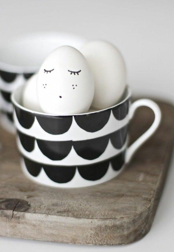 Weiße Eier zu Ostern dekorieren