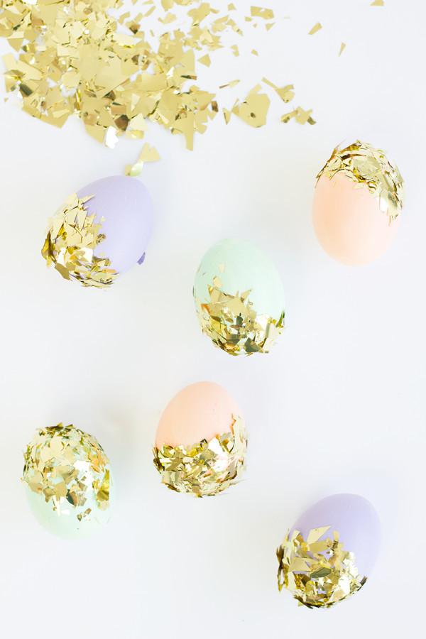 Möchten Sie diese schönen funkelnden Ostereier ohne Färben kreieren, dann lesen Sie unseren Artikel