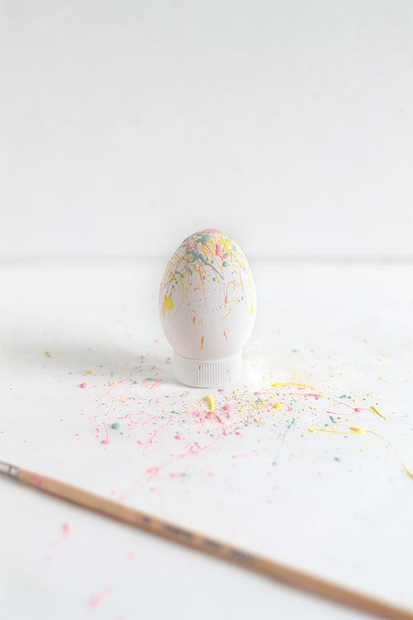 Die Spritzen-Technik für Ostereier ohne Farbe Färben