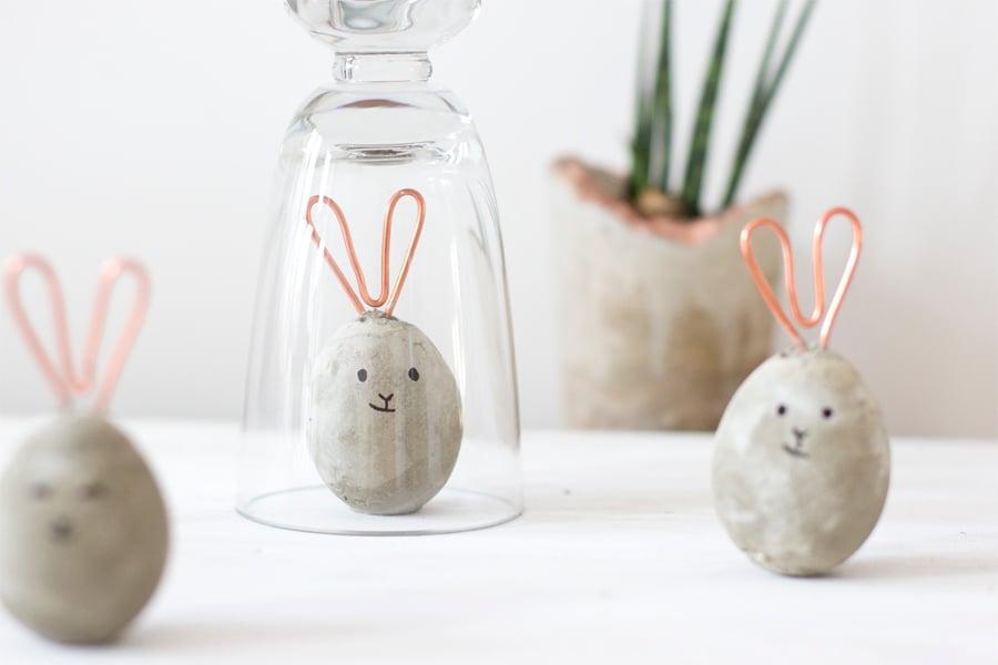 Unsere DIY Ideen richten besonders gut an die Kleine und Große, die auf der Suche nach kreativen Inspirationen für Osterhasen Basteln sind.