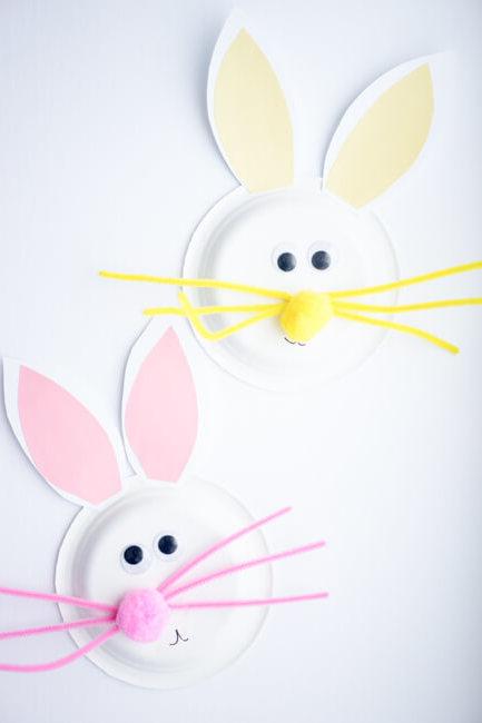 Basteln Sie mit Hilfe von Ihren Kindern einen schönen Osterhasen aus Papierteller