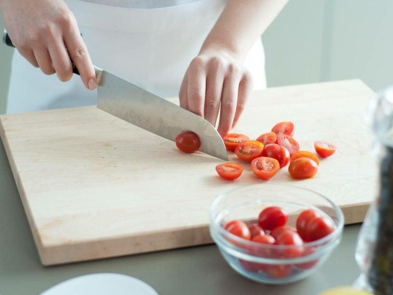 Jamie Olivers 15 Minuten Küche Rezepte   Cherry Tomaten halbieren 800x600