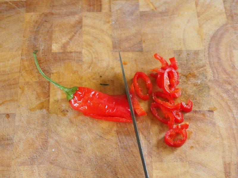 Jamie Oliver 15 Minuten Rezepte Chilischote fein schneiden