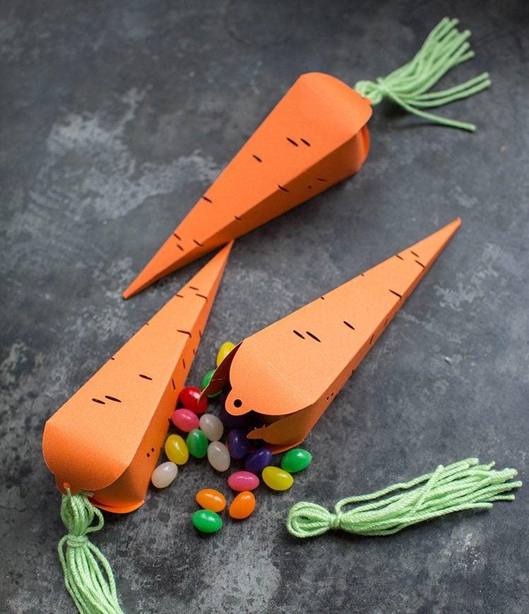 Jeder Osterhase braucht eine Karotte. Basteln Sie mit Ihren Kindern einige Karotten aus Papier