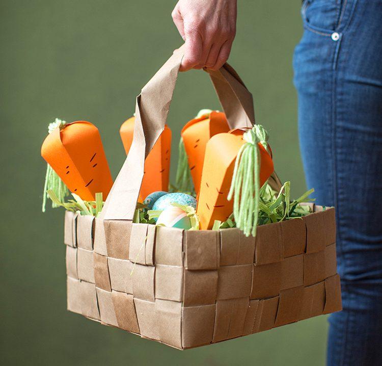 Bastelideen Ostern: Korb mit Karotten aus Papier, die mit Puffmais gefüllt sind
