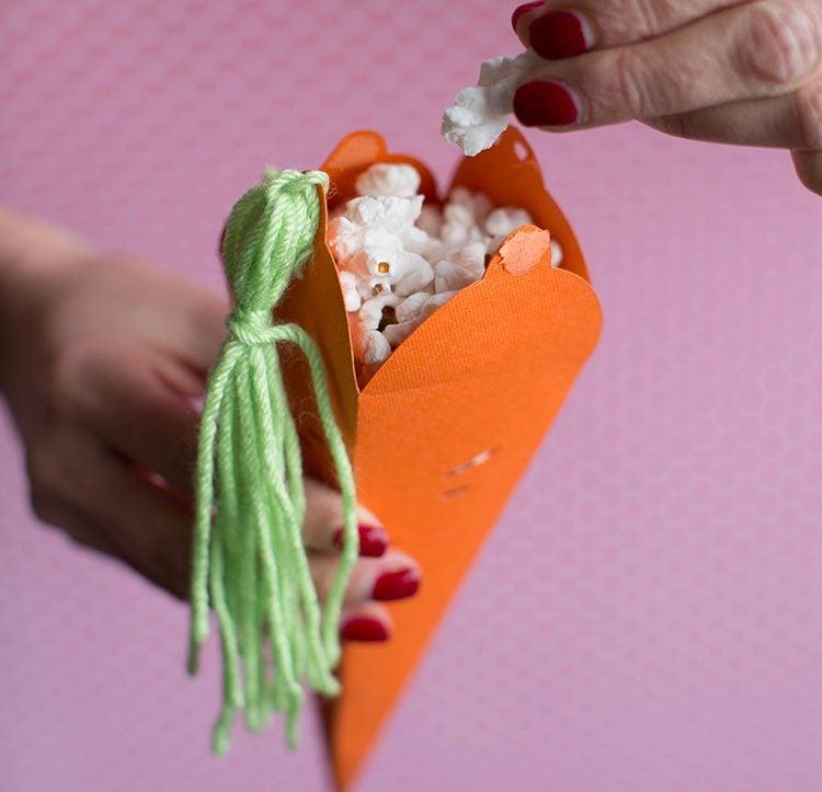 Füllen Sie Ihre Karotten mit Puffmais und überraschen Sie die nach Ostereier suchenden Kinder