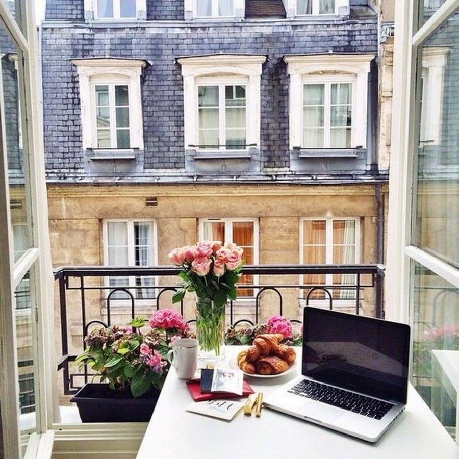 Französischer Balkon ist der beste Platz für ein Arbeitsbereich