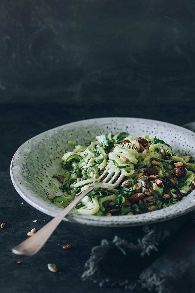 Genießen Sie jeden Bissen vom Frühlingssalat mit Zucchini!