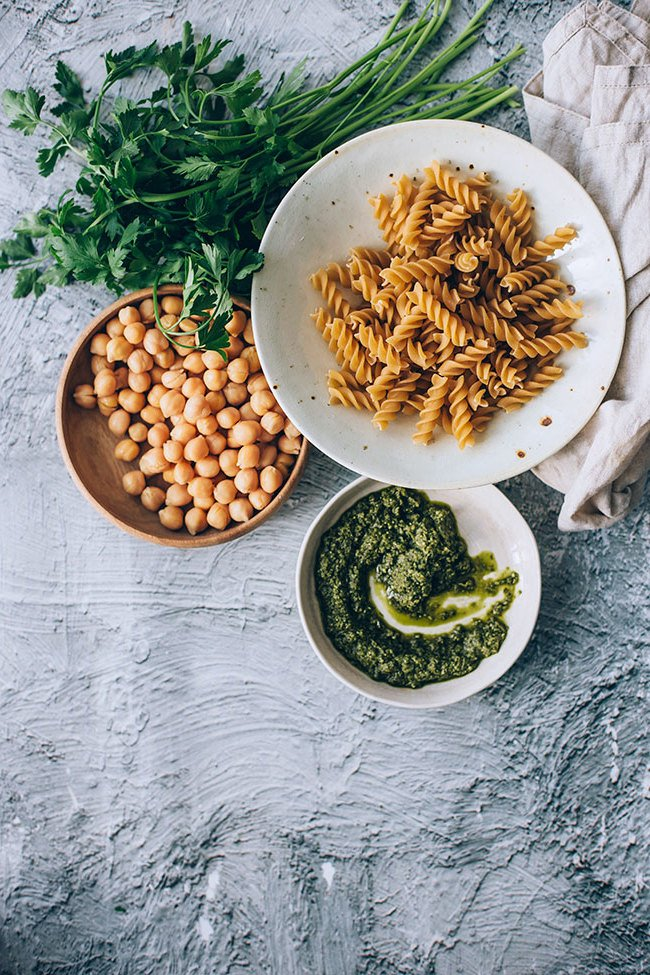 Für die Zubereitung dieses Frühlingssalats braucht man keine speziellen Kochkenntnisse, doch nur die richtigen Zutaten: