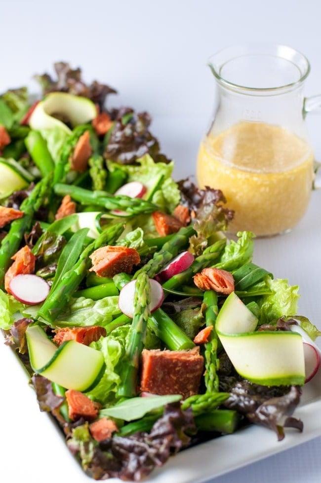 Leben Sie grüner, zubereiten Sie einen Frühlingssalat