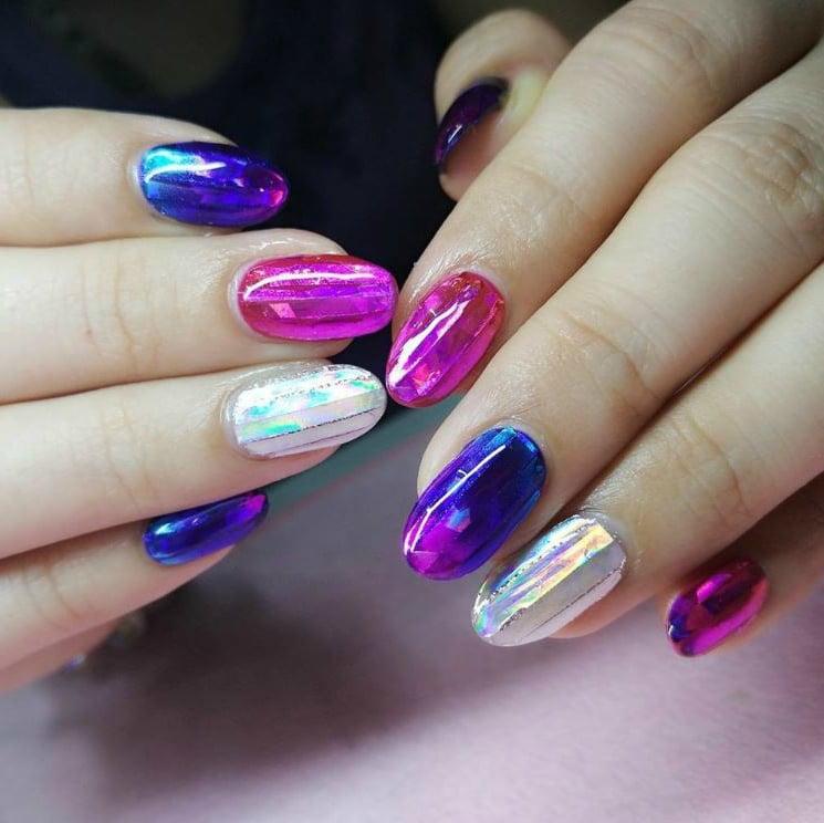 """Die Kombination - bunte Farben und Glas-Effekt, ist der neue Hit im """"Nail-Art"""""""