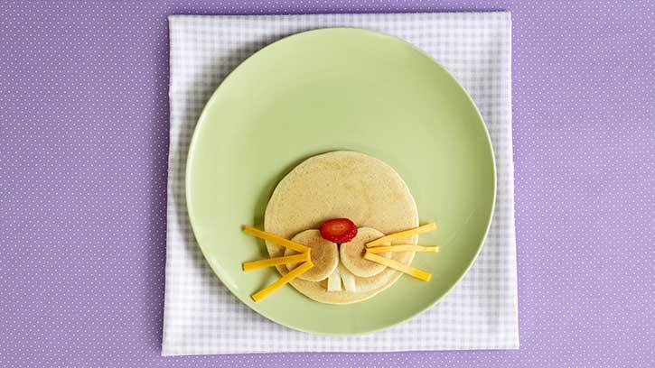 Osterrezepte für Frühstück: eine Anleitung für leckere Pfannkuchen in Form vom Osterhasen