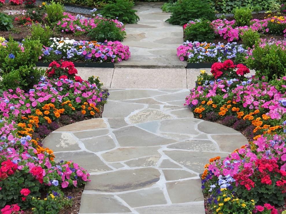 Die Vorgartengestaltung: Der Ziergarten schafft eine deutliche Symmetrie und setzt bunte Akzente.