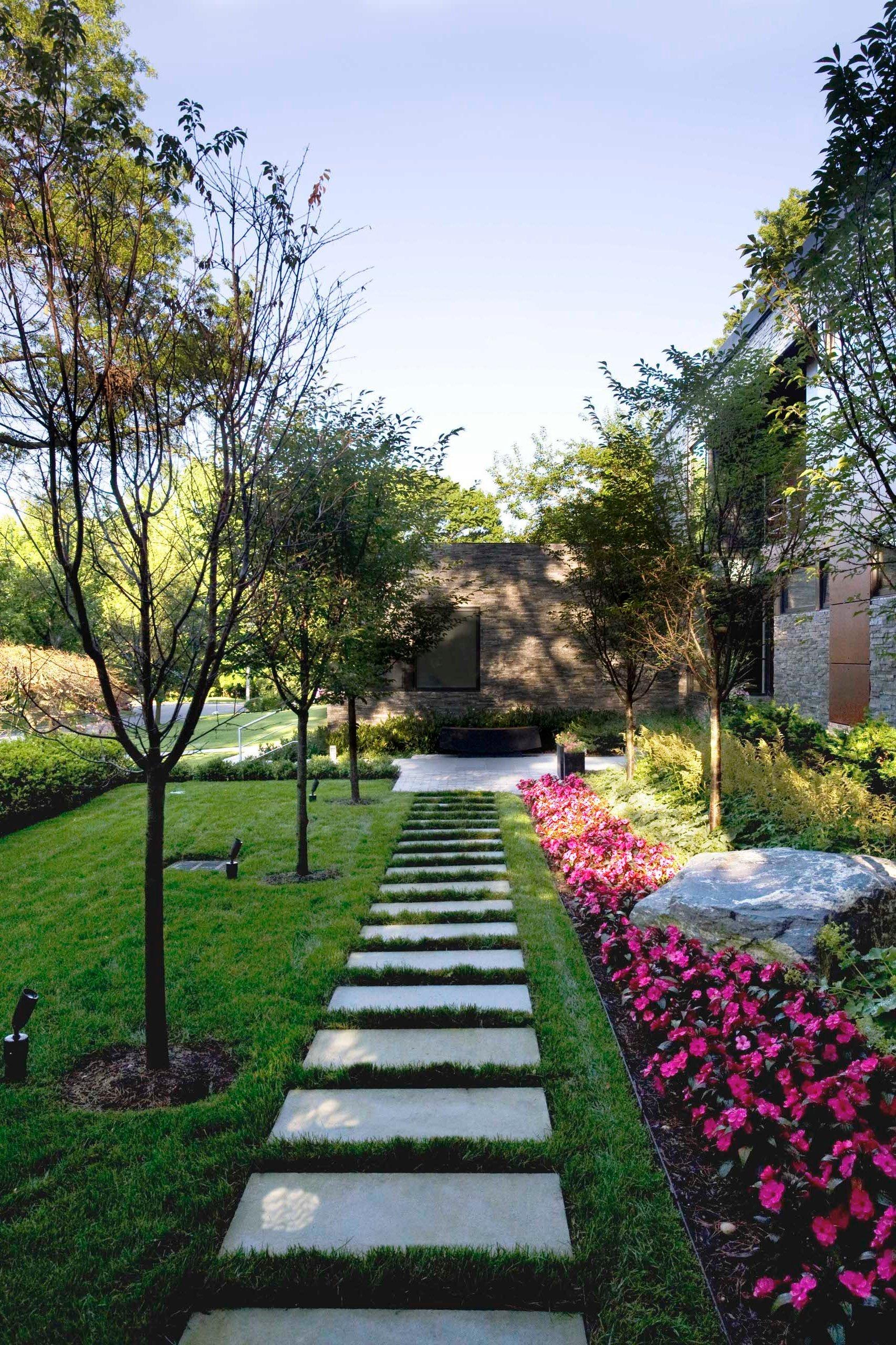Moderne Vorgartengestaltung mit Gräsern