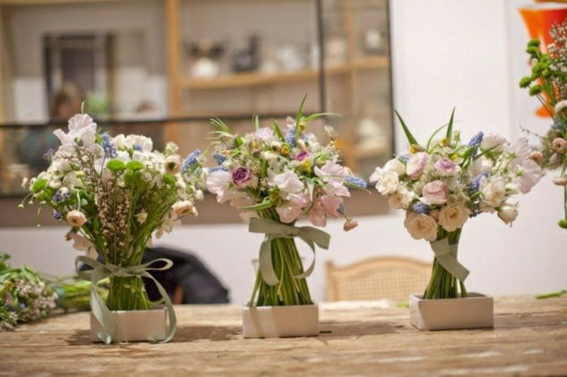 Blumengestecke arrangieren je nach der Jahreszeit