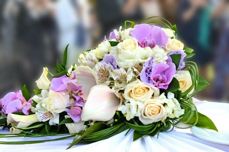 Blumengestecke Rosen und Orchideen