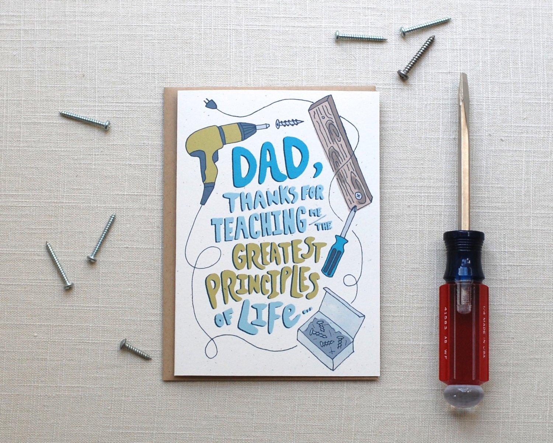 """Schreiben Sie """"Alles Gute zum Vatertag"""" auf selbstgemachte Vatertag-Karte mit Werkzeug-Motiv"""