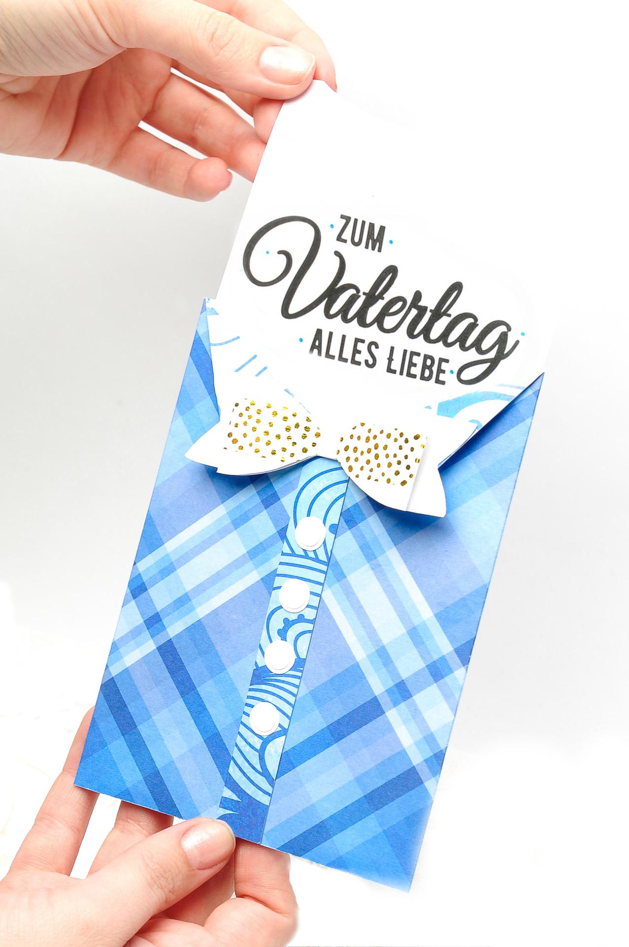 """Schreiben Sie """"Alles Gute zum Vatertag"""" auf eine selbst gebastelte Vatertag-Karte"""