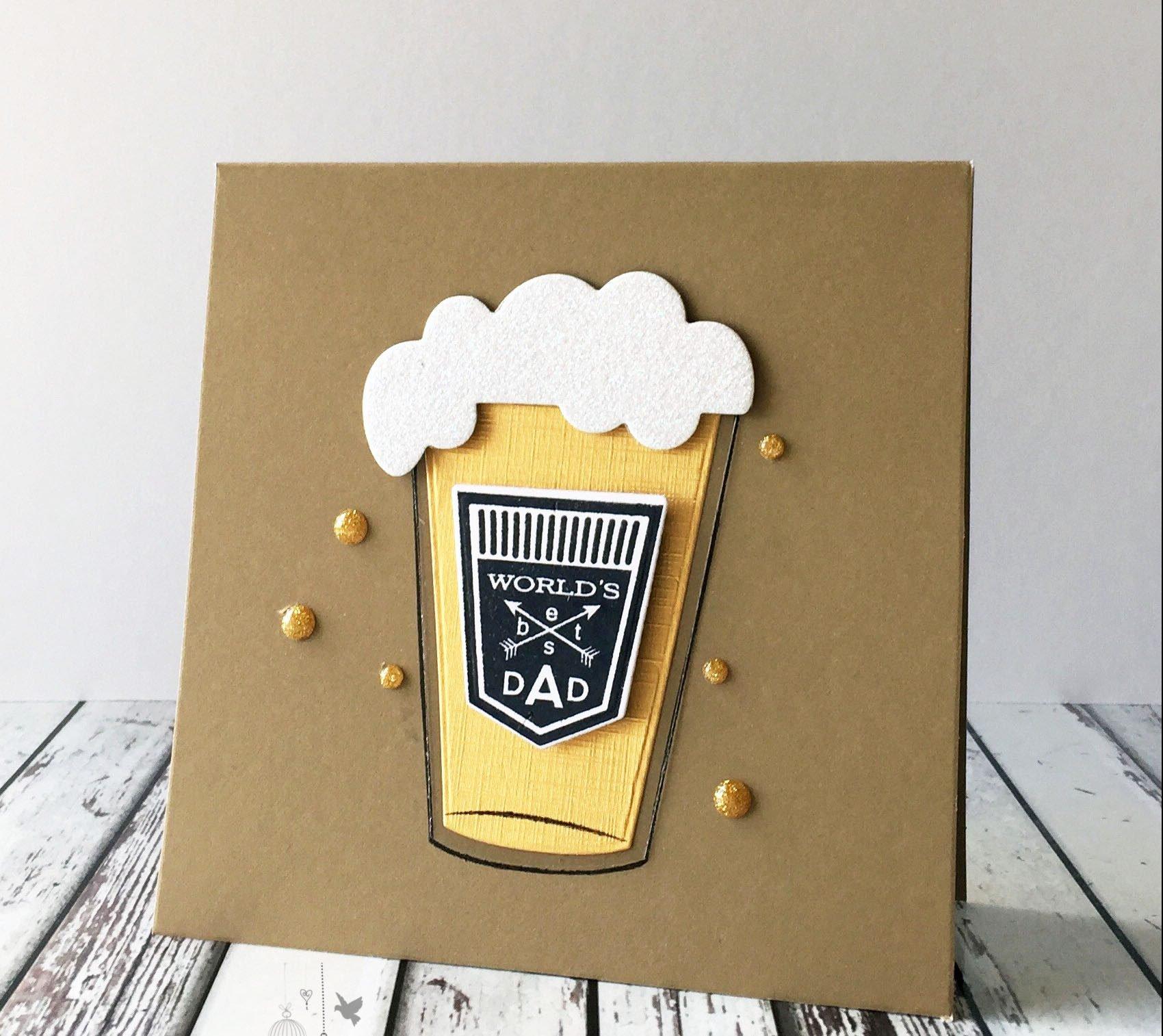 """Schreiben Sie """"Alles Gute zum Vatertag"""" auf selbstgemachte Vatertag-Karte"""