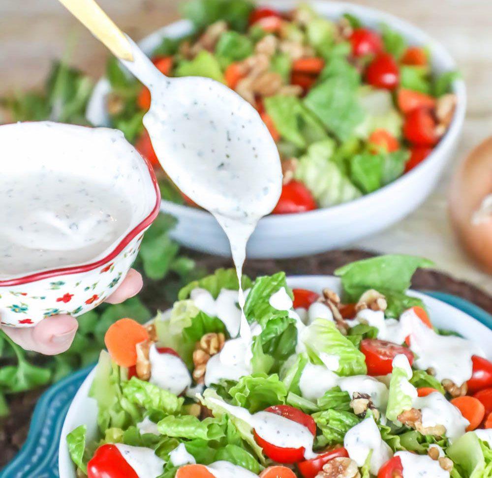 Der Frühlingssalat schmeckt nicht ohne einige Löffeln selbstgemachte Mayonnaise
