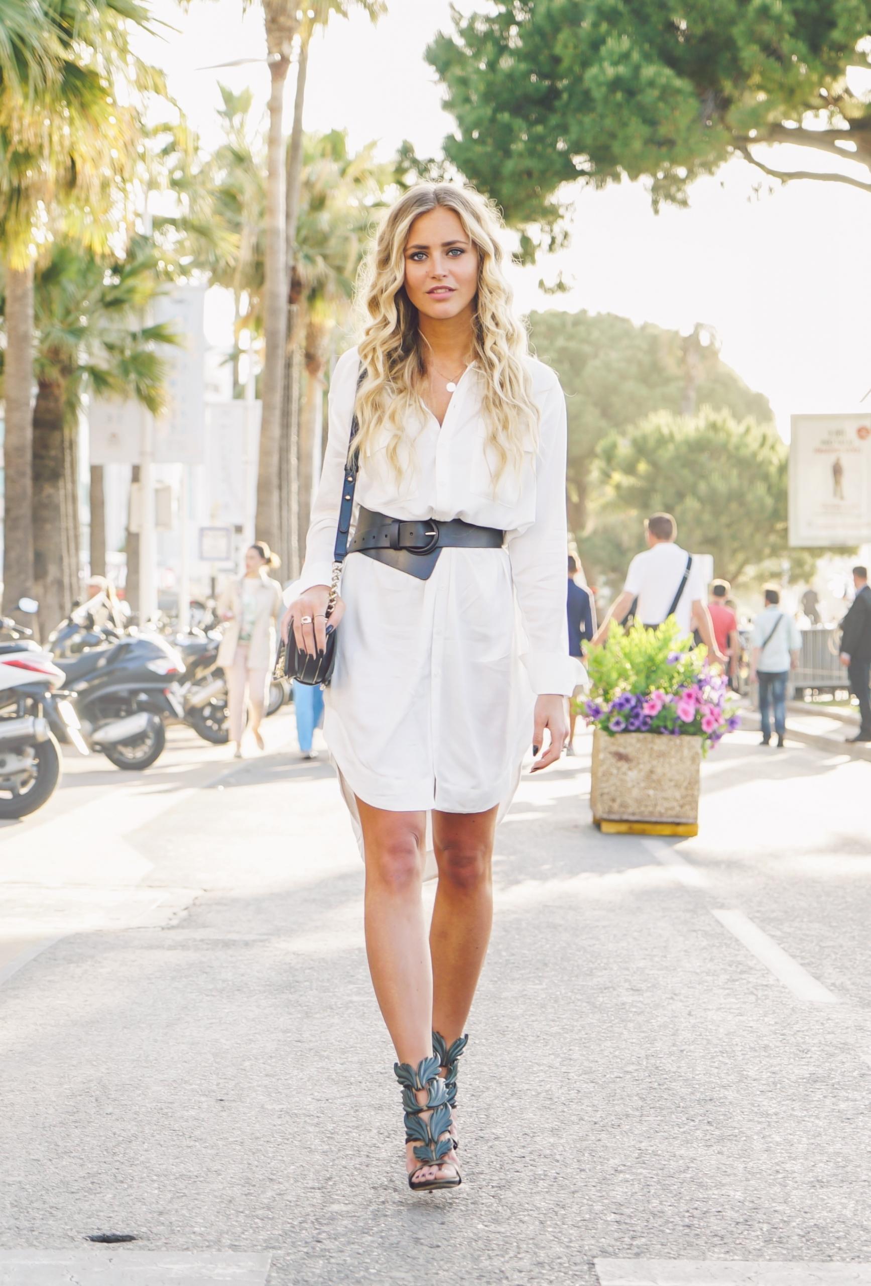 Modetrends 2017 / 2018: Ein langes weißes Hemd mit Gürtel
