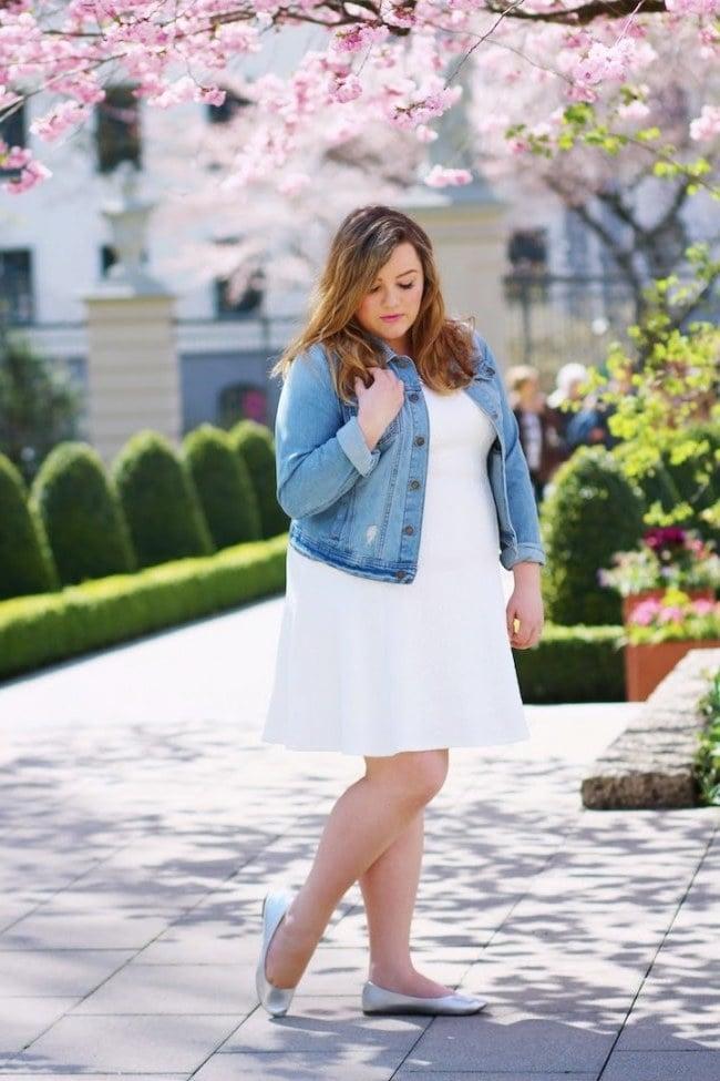 Modetrends 2018: №3: Die Kombination aus einem kleinen weißen Kleid und einer Denimjacke ist ein Symbol der Feminin