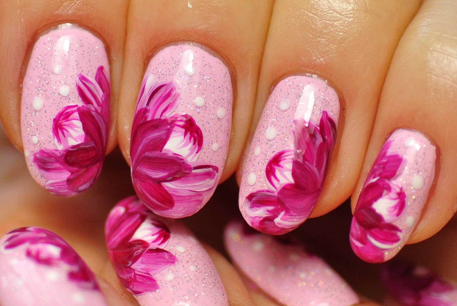 Gelnägel Glitzer mit Blumen - der angesagte Look für Frühling