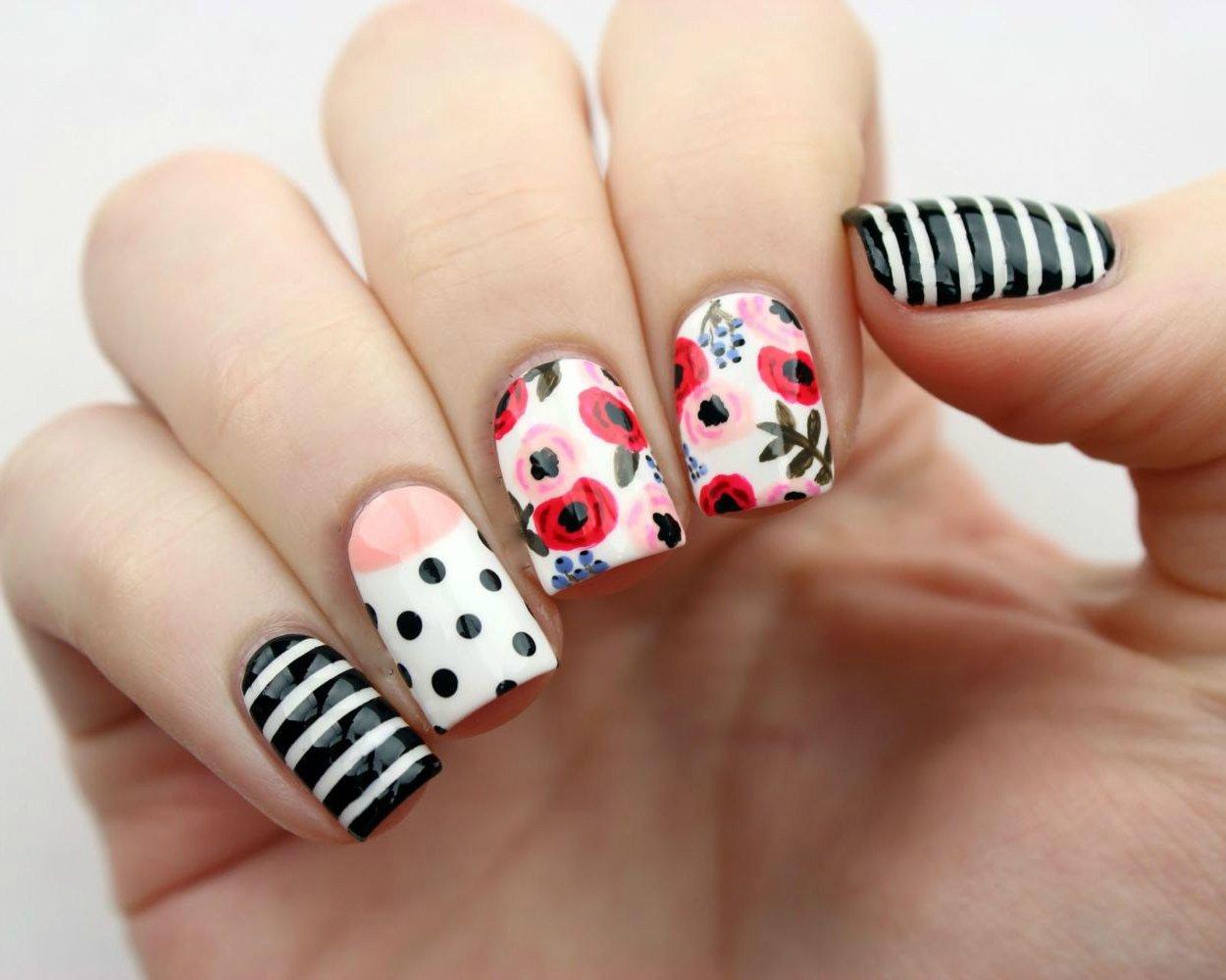 Fingernägel Muster mit Blumen - so sieht die Tendenz für Nageldesign Frühling